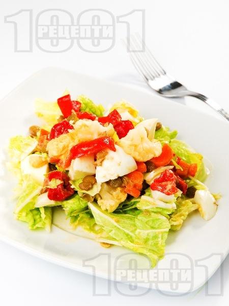 Яйчена салата с китайско зеле, леща, карфиол, моркови, чушки и варени яйца - снимка на рецептата